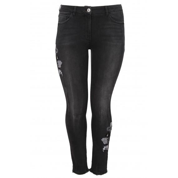 Feminine Jeans mit Stickerei /