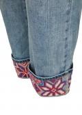 Moderne Jeans mit Stickereien /