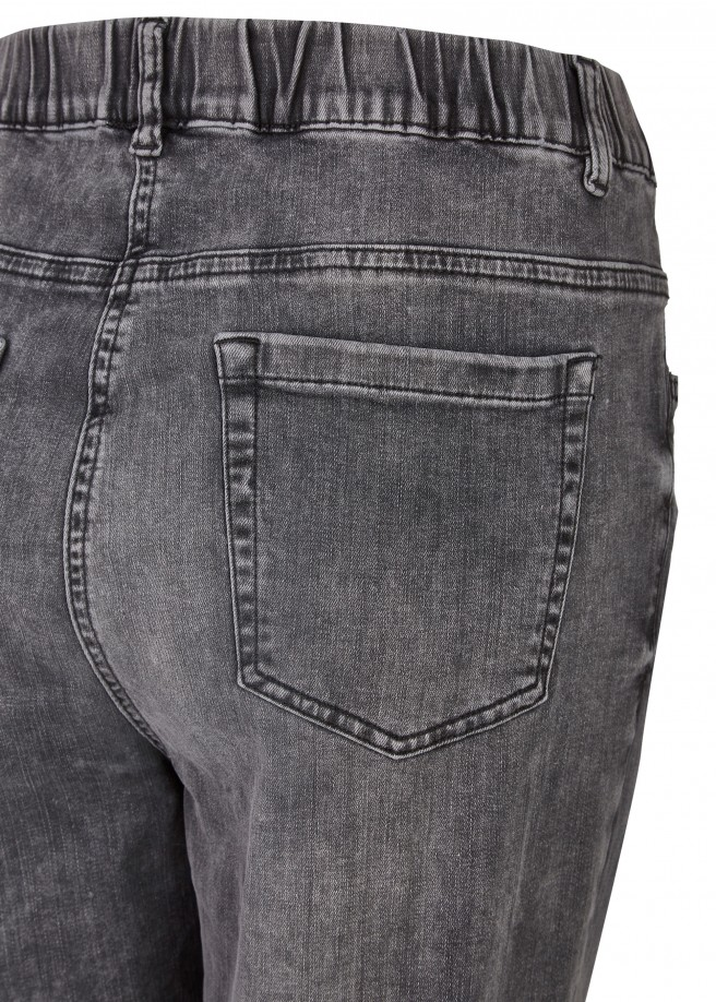 Leicht kombinierbare Jeans mit Waschung /